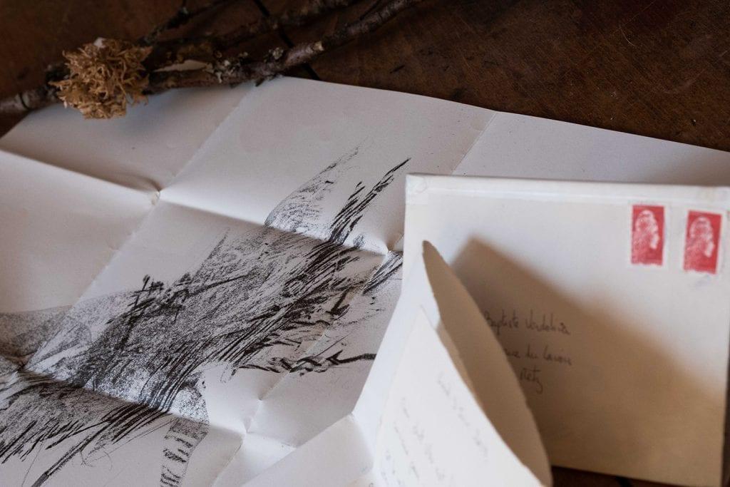 image illustrant le principe d'épisolaire : un dessin et un courrier sur la même feuille de papier.